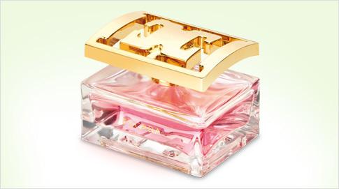 Especially Escada es una Eau de Parfum y, a diferencia de las Eau de Toilette, tiene una fragancia más intensa y duradera en la piel, así que es un perfume adecuado para todo el año.