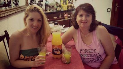 Refrescándose con Fanta Zero Naranja
